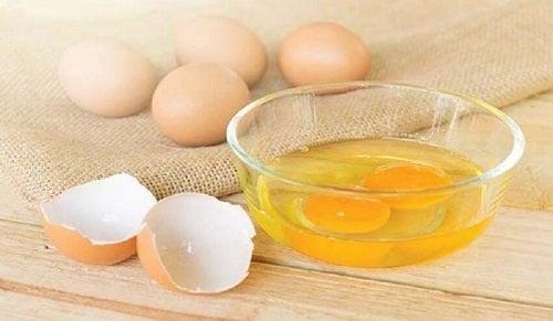 Broze nagels versterken met eierdooier