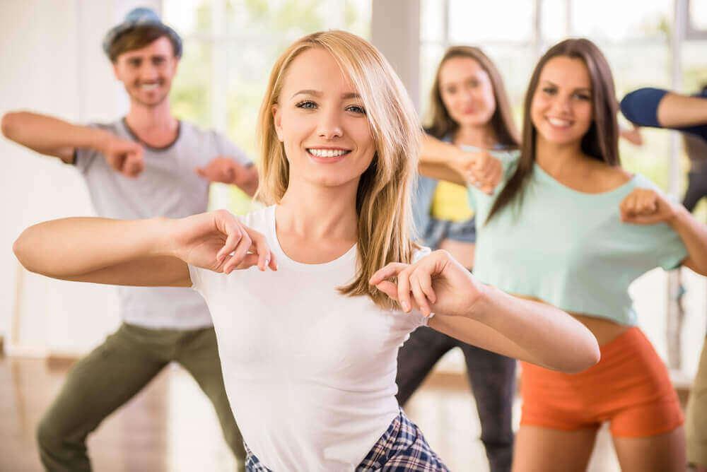 Lachende en dansende mensen
