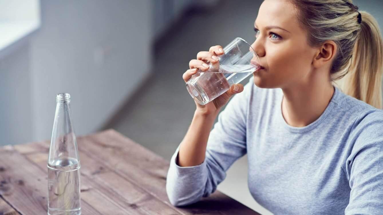 Drink water om je huid gehydrateerd te houden