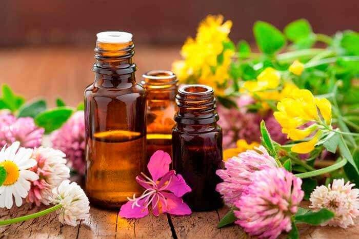 Een droge huid behandelen met etherische oliën