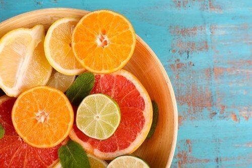 Factoren die een droge huid veroorzaken zoals vitamine C-tekort