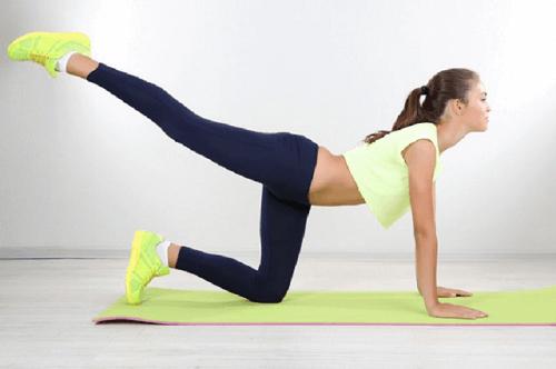 Hoge achterwaartse trap is een oefening tegen cellulitis