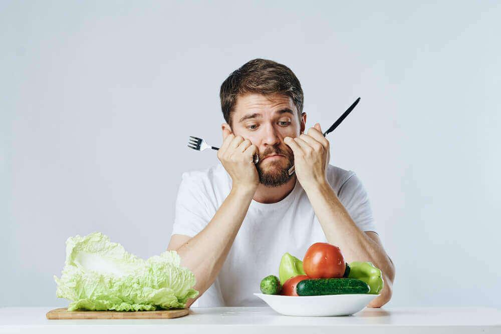 Man kijkt sip naar groenten