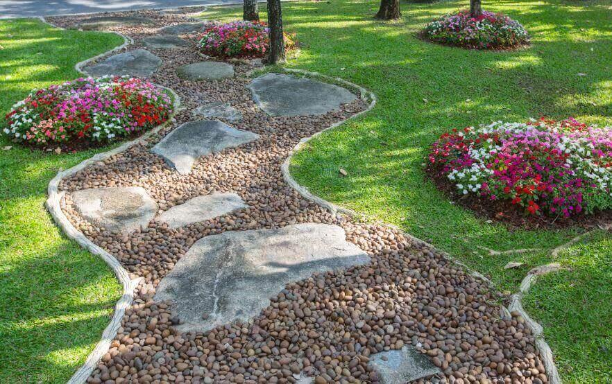 Pad van grind en natuursteen