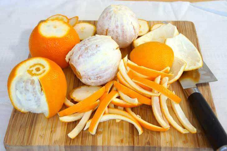 Sinaasappels deels met schil