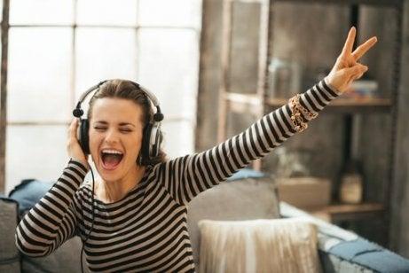 Vrouw met koptelefoon zingt luidkeels