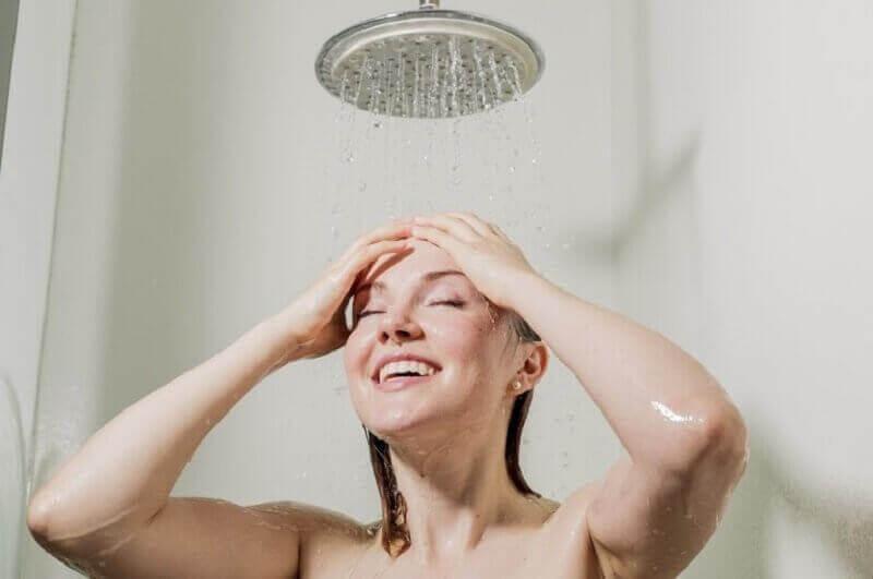 Vrouw onder de koude douche