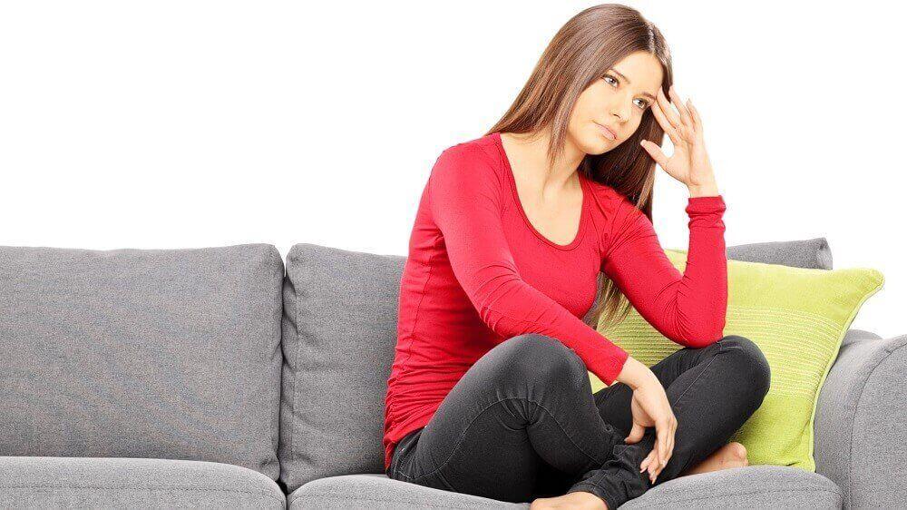 Vrouw die nadenkt over haar menstruatieyclus