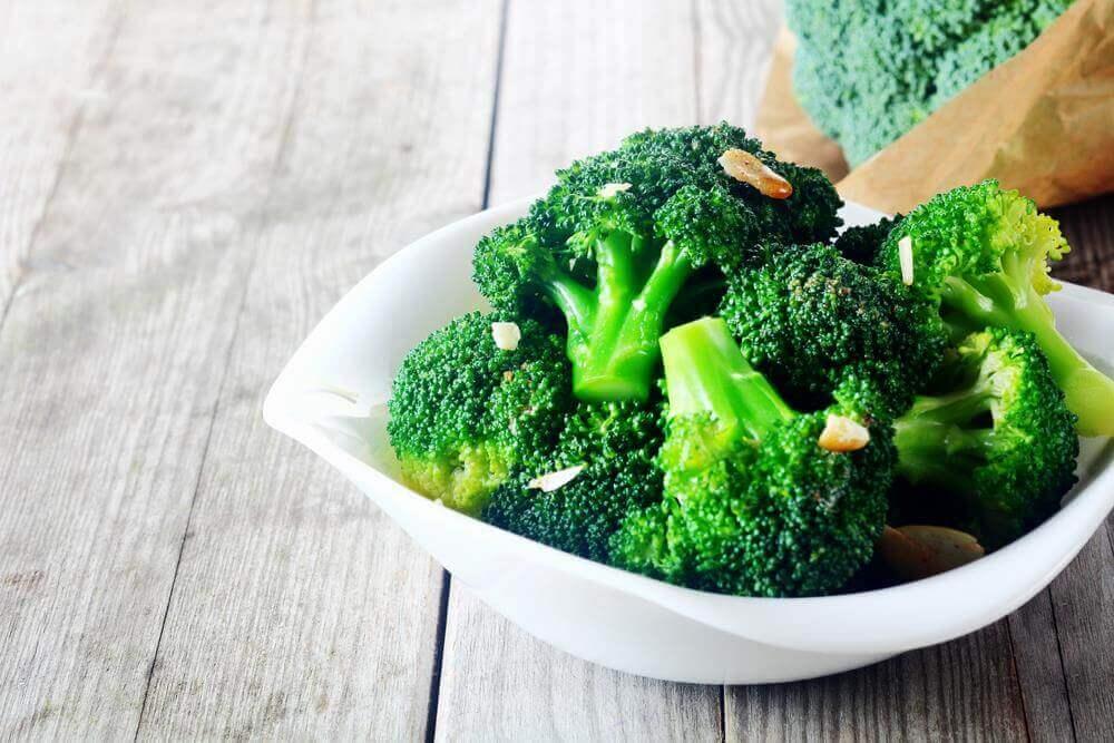 Schaal met broccoli