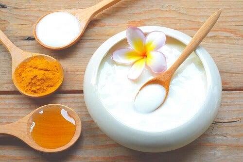 Een gezichtsmasker met yoghurt, havermout en koninginnengelei
