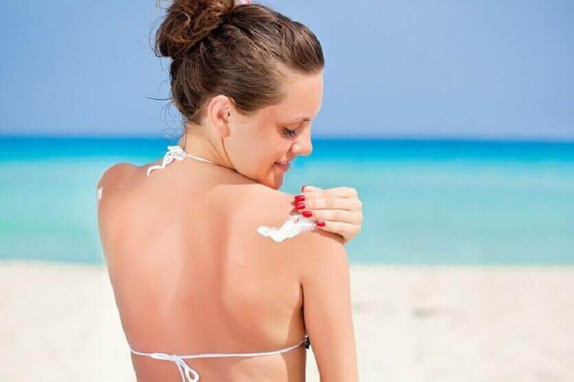 Vrouw smeert zich in met zonnebrand