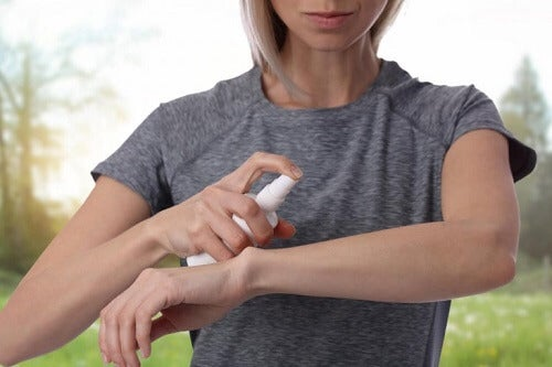 Het gebruik van traditionele antimuggenspray
