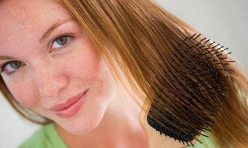 Het haar opbinden veroorzaakt een pijnlijke hoofdhuid