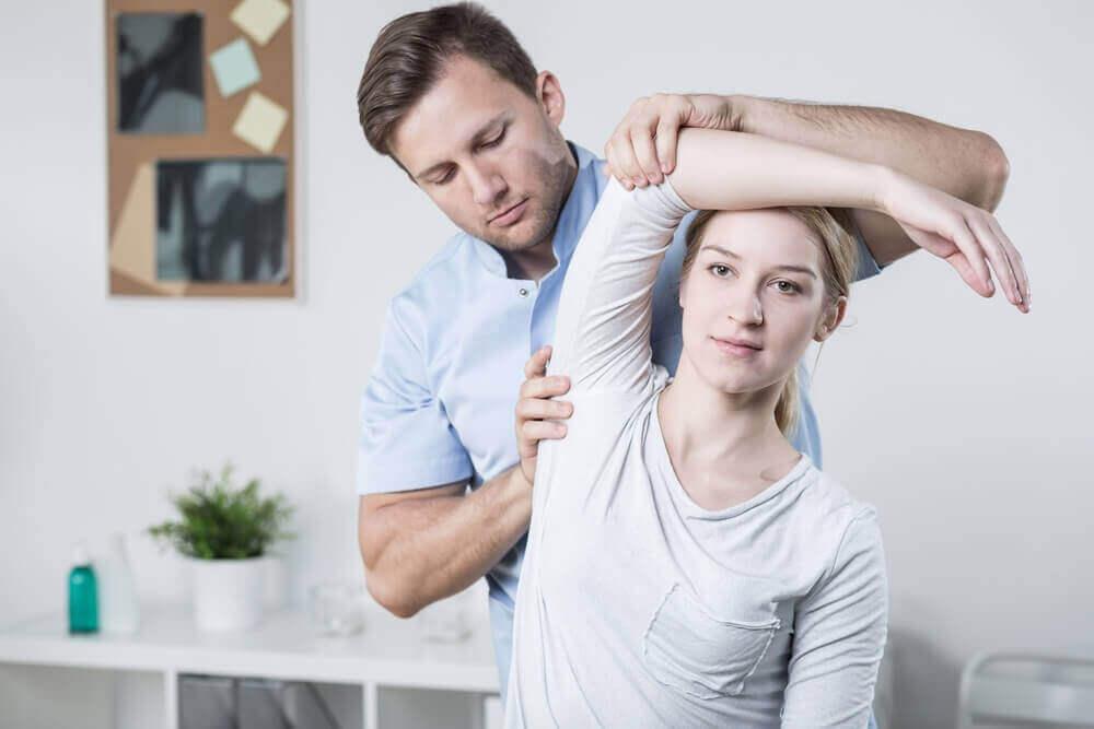 Vrouw krijgt fysieke test