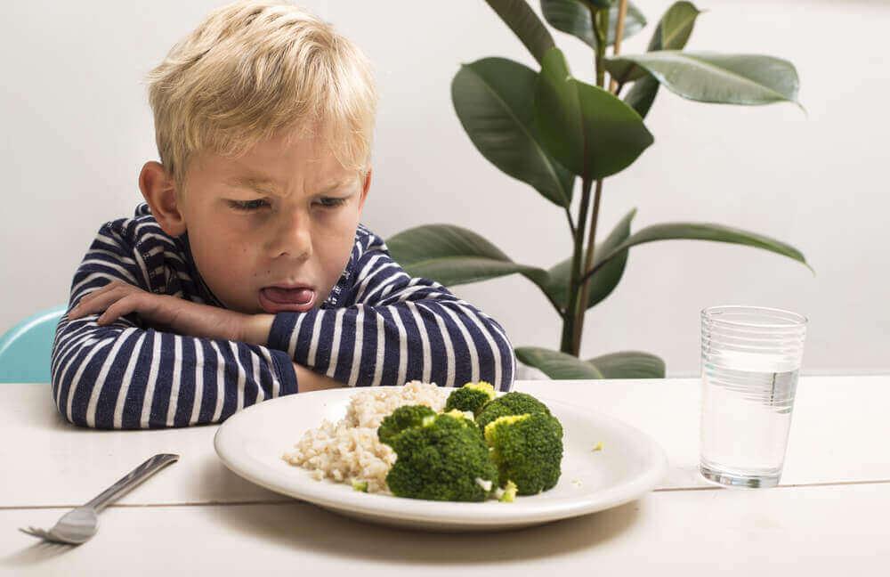 Jongen steekt tong uit naar eten