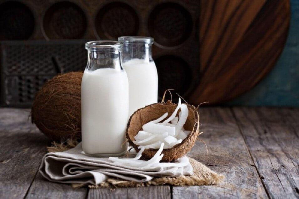 Kokosnoot en flessen kokosmelk
