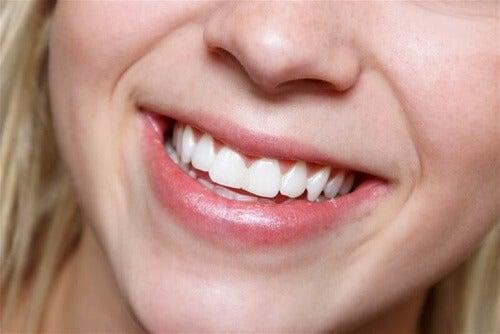 Met natuurlijke yoghurt de tanden wit maken