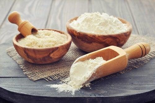 Houten bakjes met rijstmeel