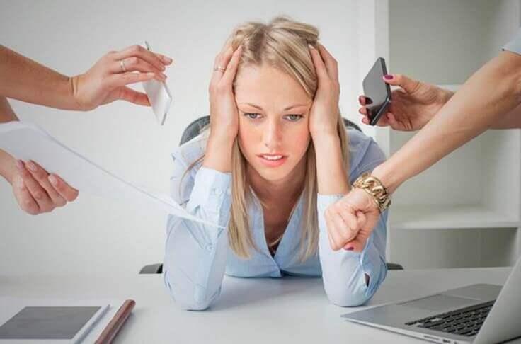 Vrouw houdt haar hoofd vast van de stress