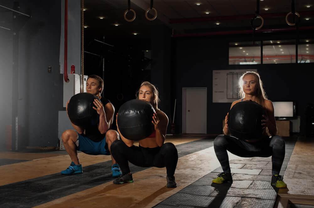 Mensen doen een bal squat
