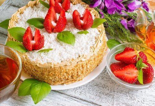 Cheesecake met aardbeien een van de caloriearme tussendoortjes