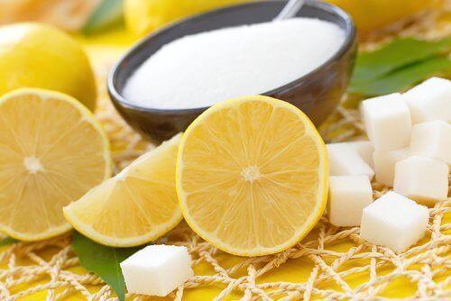 Halve citroen en schaaltje suiker