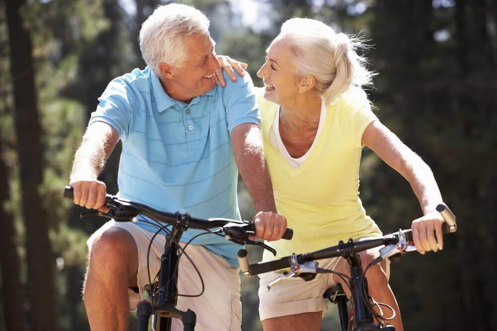 Ouder echtpaar op de fiets