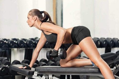 Vrouw traint met gewichtjes