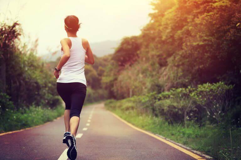 vrouw aan het joggen