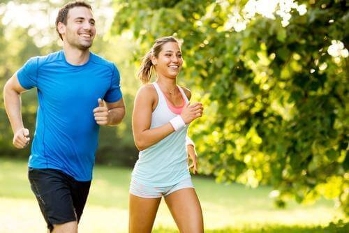 Koppel joggend in het park