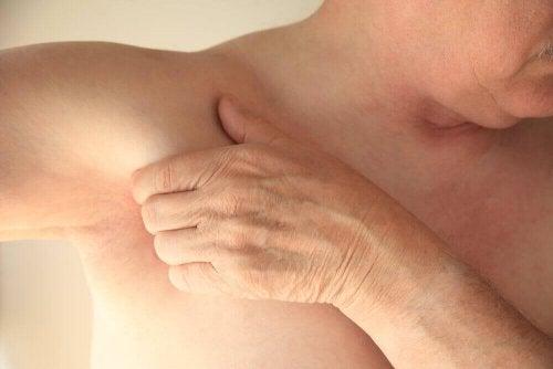 Pijn onder je oksel door verrekte spier