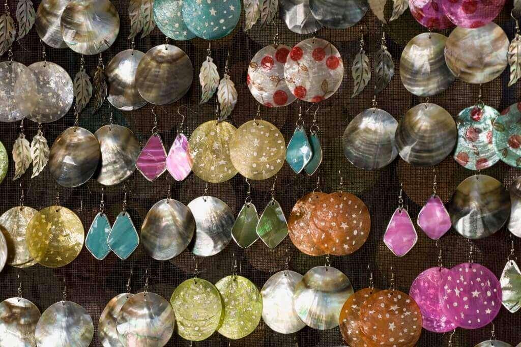 Oorbellen in verschillende kleuren