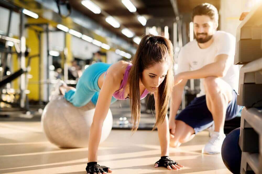 Vrouw doet de plank met een fitnessbal