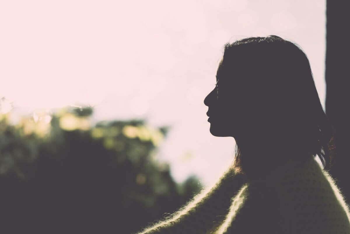 vrouw kijkt naar de horizon