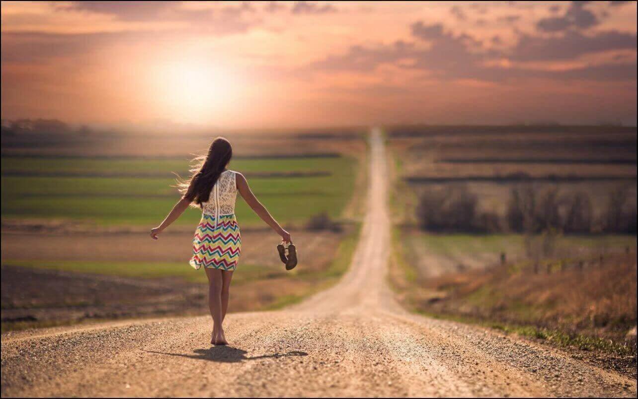 vrouw loopt alleen op de weg