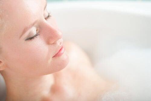 vrouw ontspant in bad
