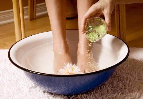 Een achillespeesontsteking behandelen met zout en azijn