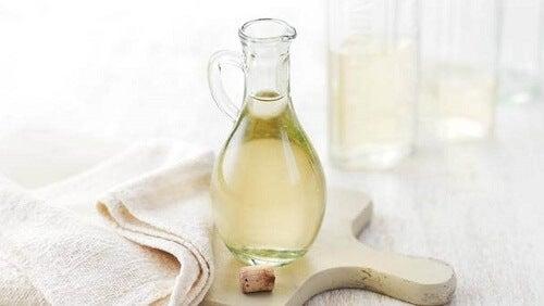 Houtreiniger met witte azijn en jojoba-olie