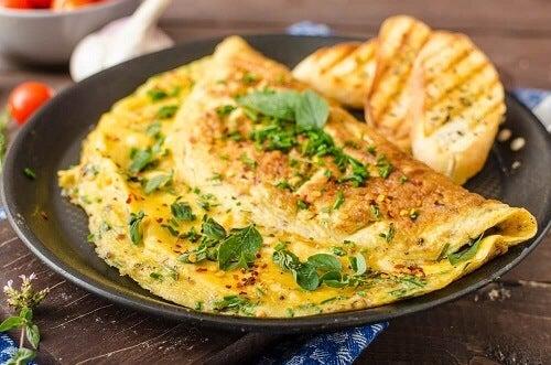 Omeletten en roereieren als ontbijt