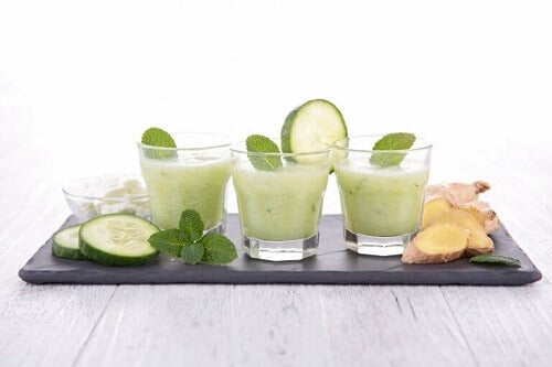 Sap van komkommer, waterkers en gember