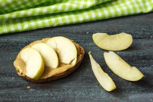 Appel op een broodje pindakaas