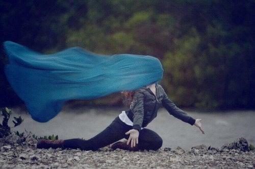 Meisje met een doek voor haar gezicht