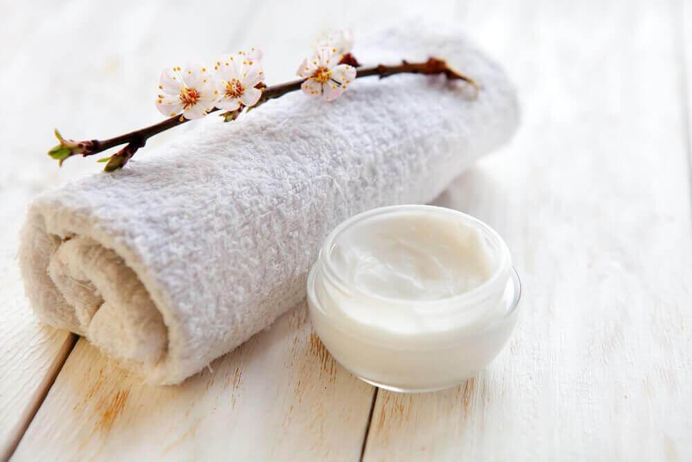 Potje zeep naast handdoek