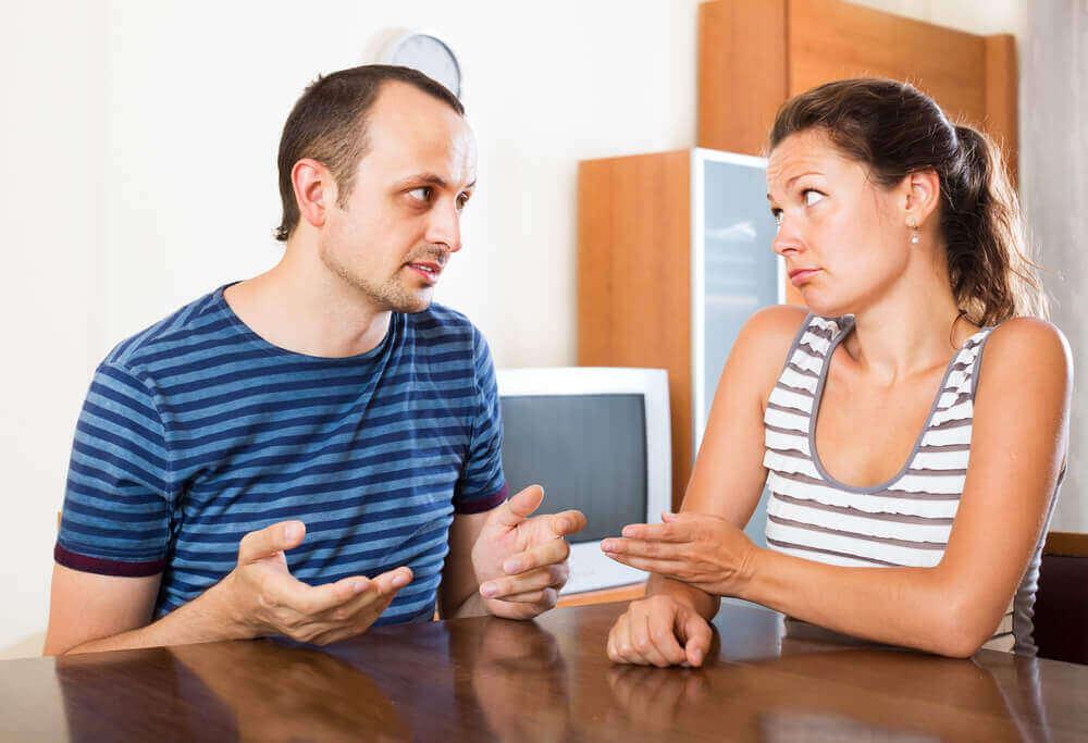 man en vrouw in onduidelijk gesprek