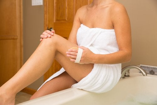 Vrouw die haar benen droog borstelt