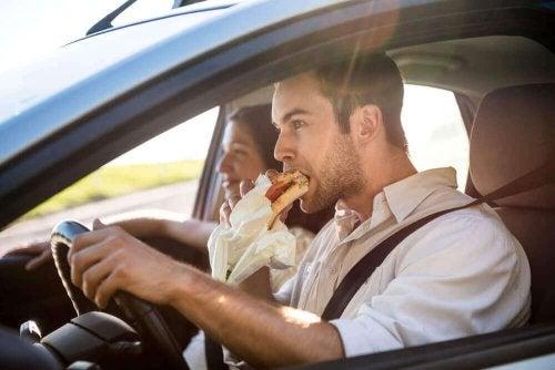 Man eet achter het stuur