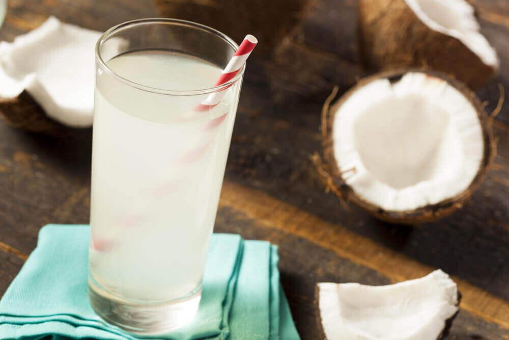 Glas kokoswater met een rietje