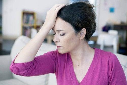 Vrouw heeft last van hoofdpijn