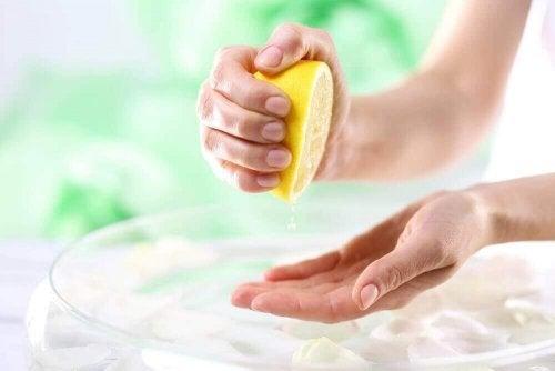 De huid op je handen lichter maken met natuurlijke remedies