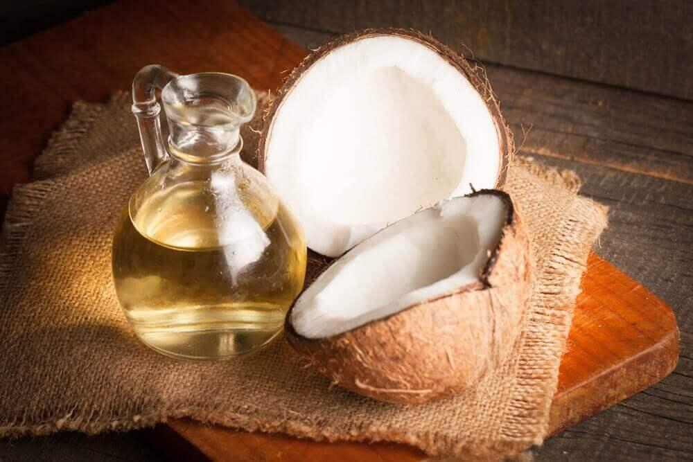 Kokosolie en een kokosnoot
